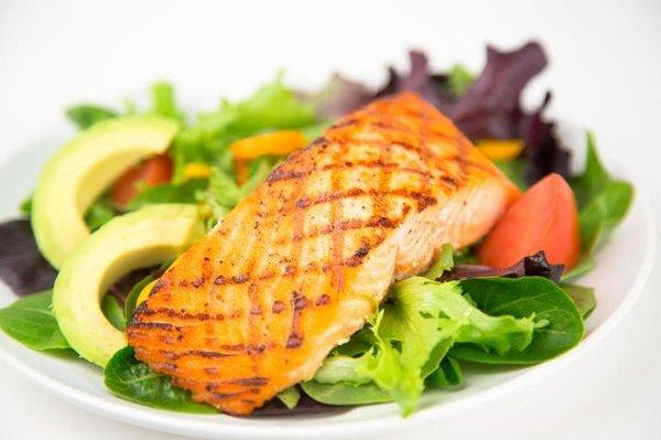 Cá hồi ăn cùng salad bơ