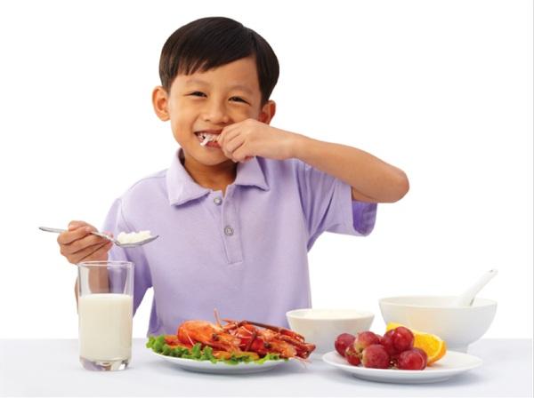 Thực hiện chế độ dinh dưỡng hoàn chỉnh cho trẻ em tăng cân